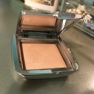 Hourglass strobing powder